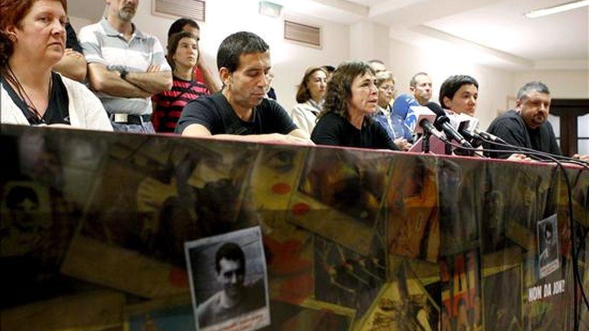 Familiares y amigos del ex preso de ETA, Jon Anza, durante la rueda de prensa que han ofrecido hoy en San Sebastián, tras su desaparición en Francia el pasado 18 de abril. EFE