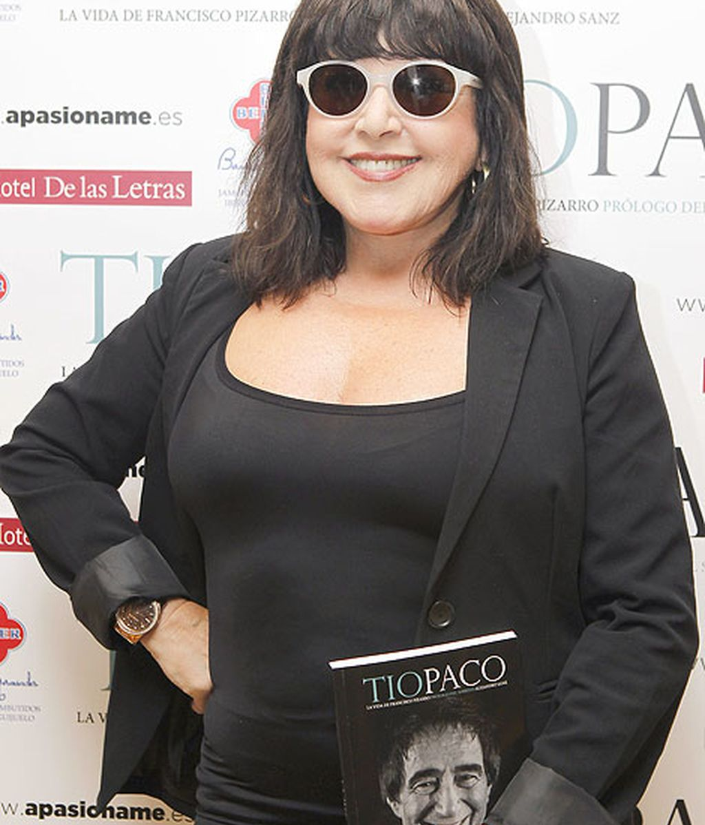 Loles León acudió con sus inseparables gafas de sol