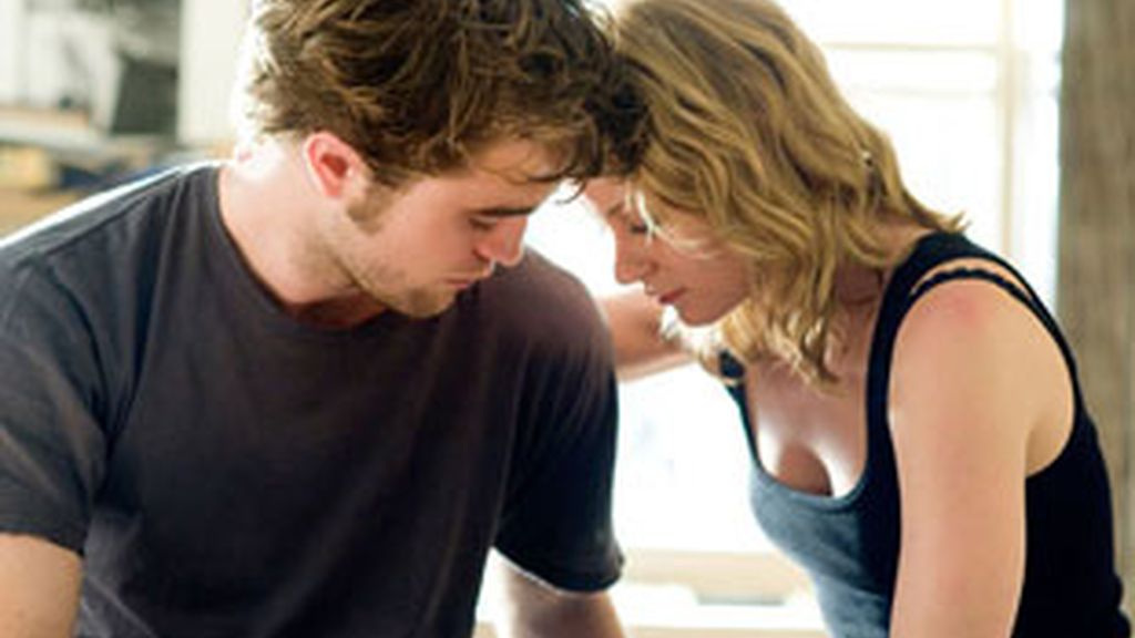 Pattinson protagoniza Remember Me con Emilie de Ravin.