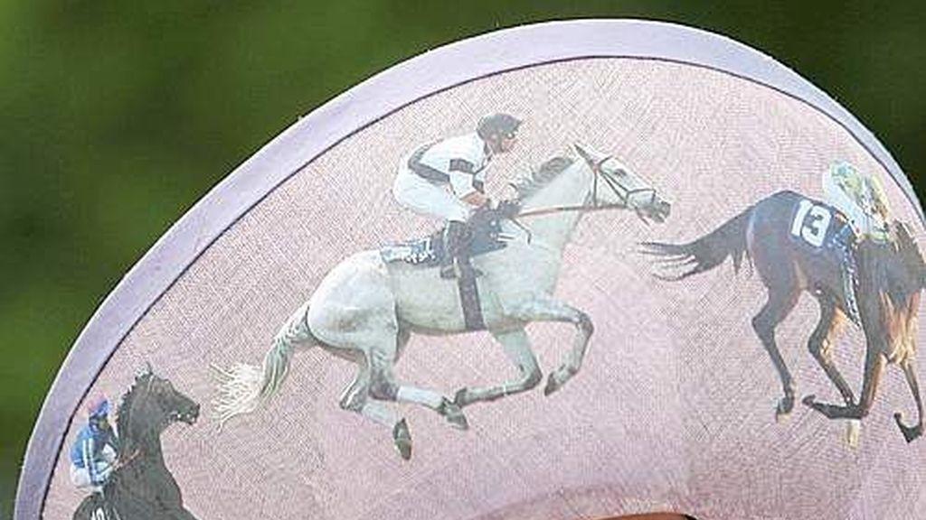 Ellos corren caballos, ellas exhiben sombreros