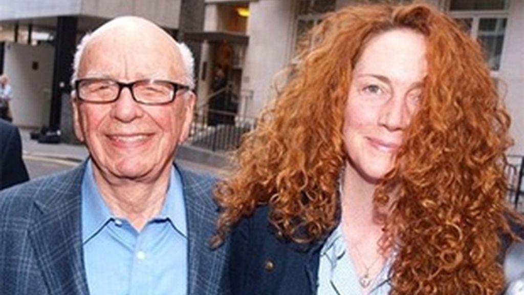 Eran otros tiempos, Rupert Murdoch sonriente junto a Rebekah Brooks