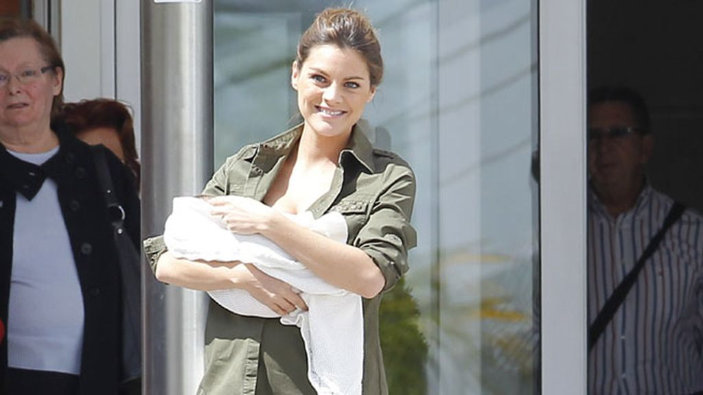 Es la primera hija de la actriz y Rosauro Vara