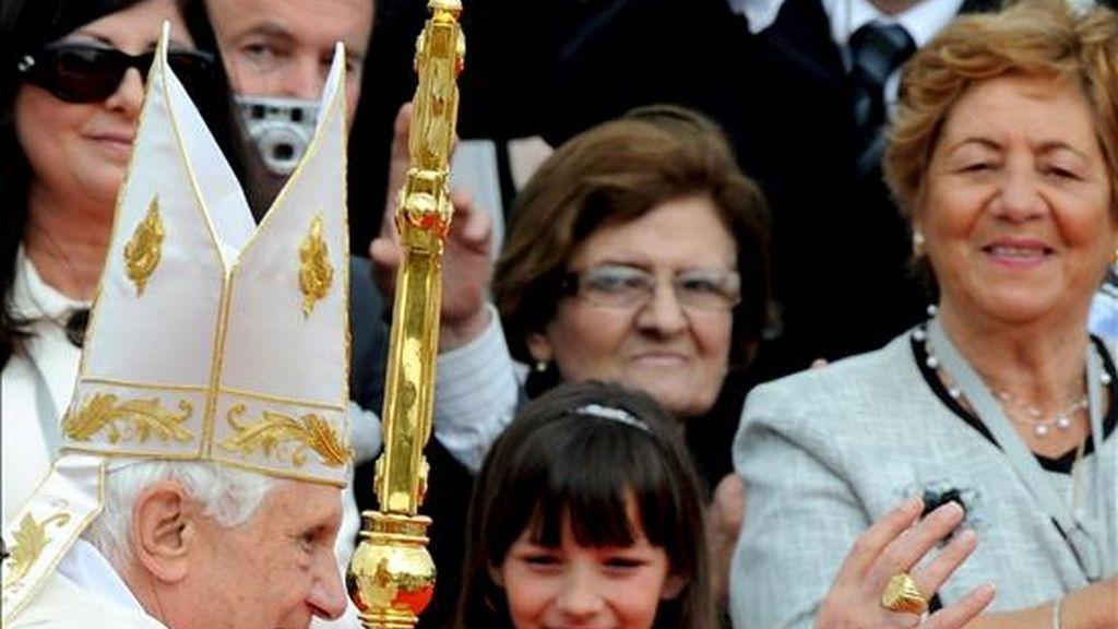 El papa Benedicto XVI saluda hoy a los fieles en su camino al altar para oficiar una misa en Floriana (Malta). EFE