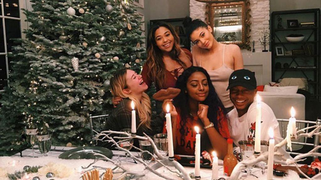Más luces, velas y risas entre amigos para la cena pre-Navidad de Kylie Jenner