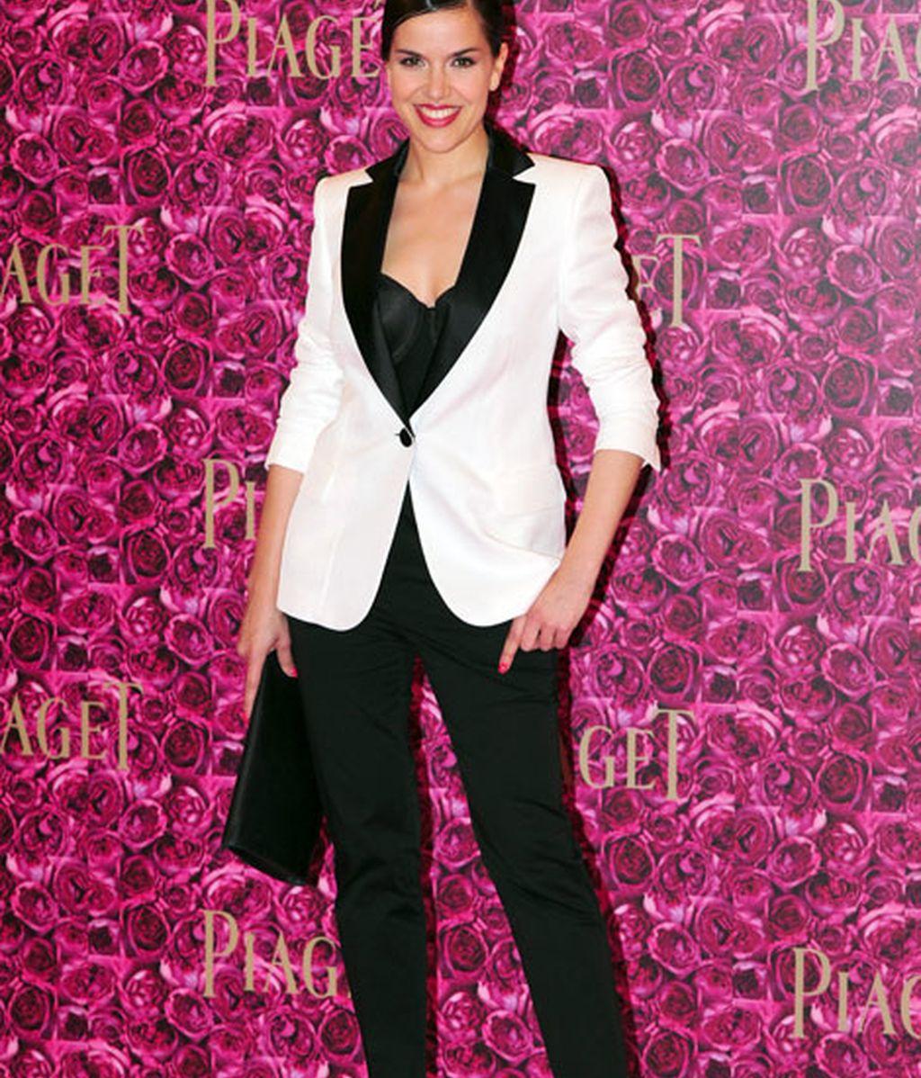La cantante Roko con blazer blanca y pantalón de traje