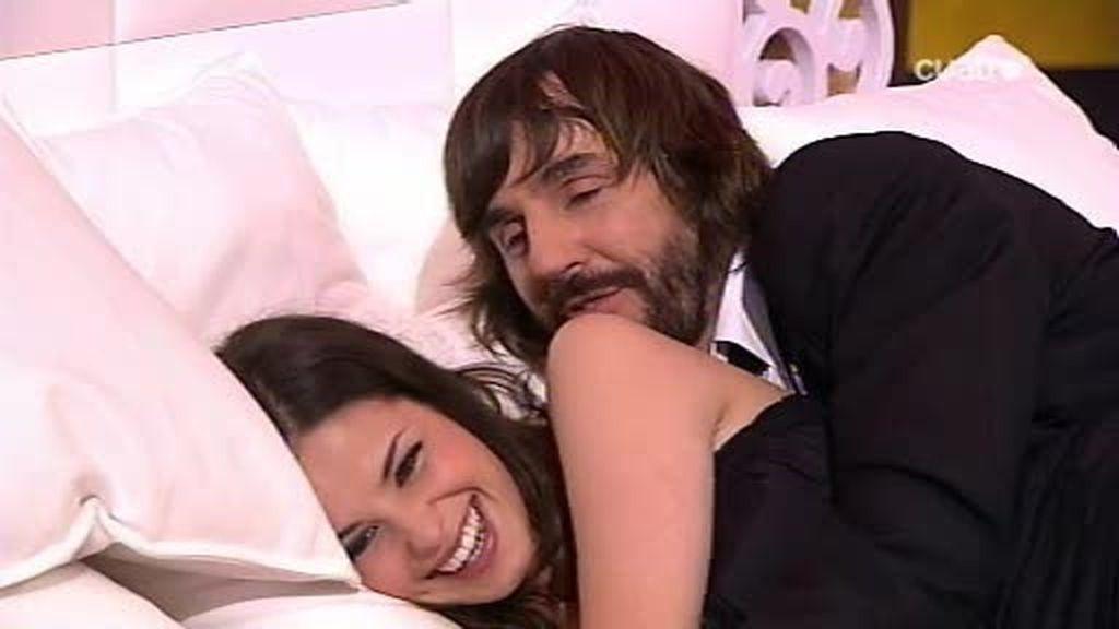Santi Millán y Marta Torné de posturitas en la cama