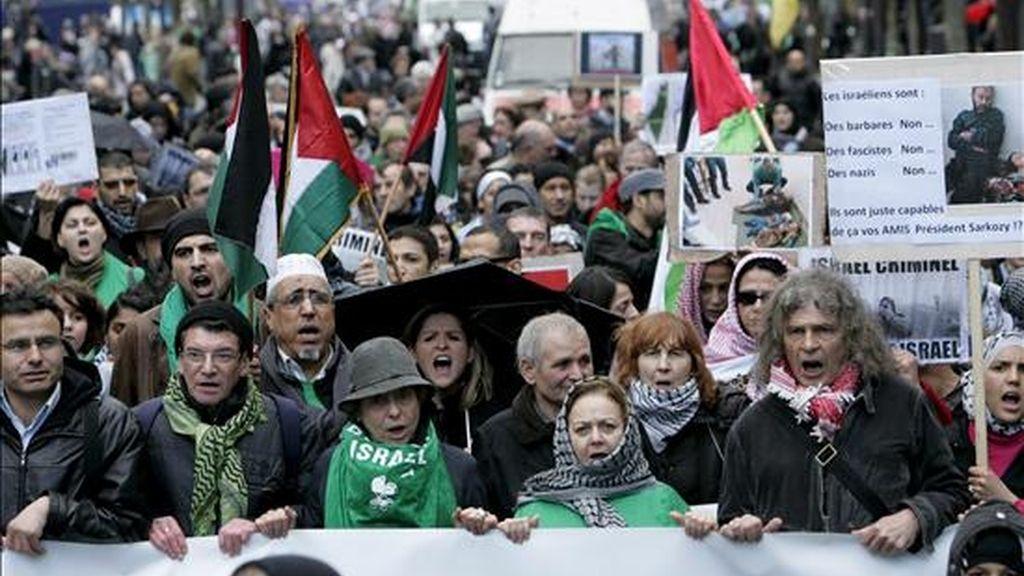 """Cientos de manifestantes pro-Palestina participan en una protesta contra Israel en París, Francia. Los manifestantes marcharon por las calles de París para expresar su solidaridad con el pueblo de Gaza y su voluntad de """"boicotear a Israel"""". EFE"""