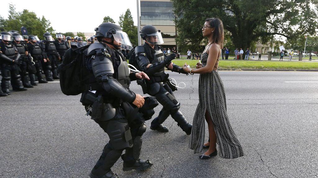 Mujer detenida por protestar por la muerte de Alton Sterling