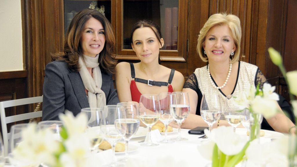 Ana García Siñeriz, Aura Garrido y María Ángeles Vidal compartieron confidencias durante la comida servida por Samantha de España