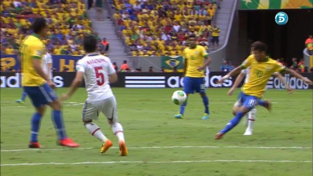 Neymar enganchó una volea perfecta desde la frontal