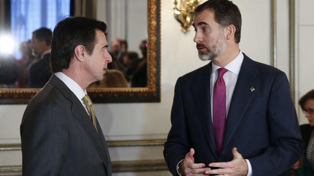 El rey conversa con el ministro de Industria en la Cámara de Comercio