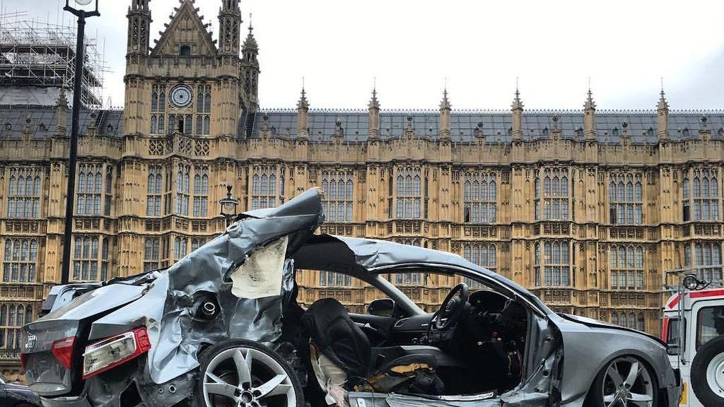Exponen frente al Parlamento británico el coche donde murió su hijo en un accidente