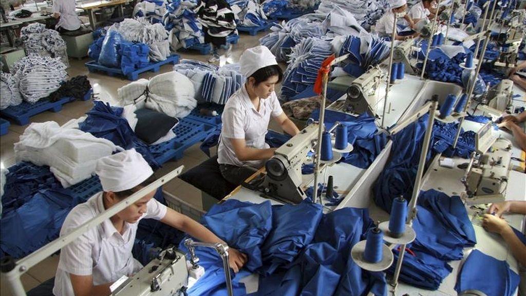 """Según el FEM, el crecimiento de naciones como China, India y Brasil """"está reequilibrando el poder económico entre países"""", aunque la desigualdad dentro de cada país """"va en aumento"""". En la foto,  costureras trabajando en una fábrica de ropa en Huaibei (China). EFE/Archivo"""