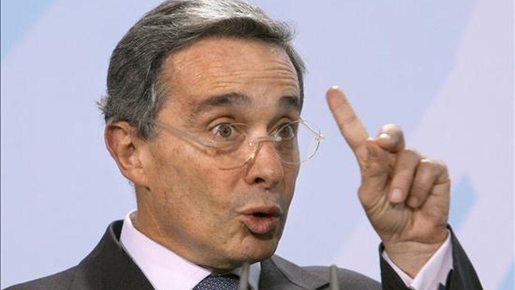 """""""Tuve y tengo toda la confianza en el general Naranjo, figura superior de la policía del mundo"""", dijo Uribe en un comunicado que divulgó a través de su página en Internet (www.alvarouribevelez.com). EFE/Archivo"""