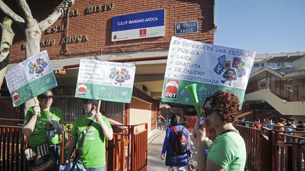 Un piquete informativo se concentró esta mañana en las puertas del colegio público Mariano Aroca de Murcia