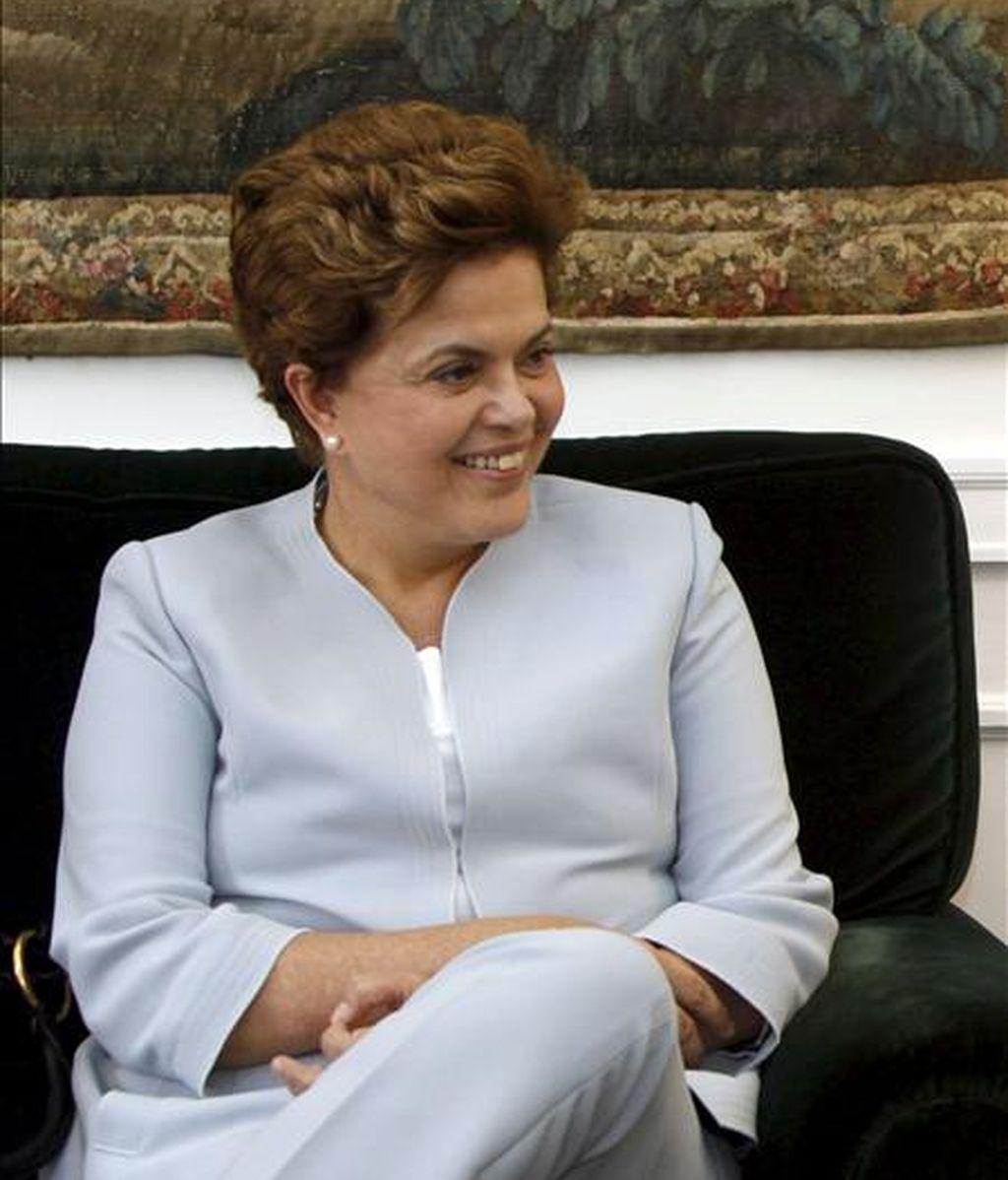 El sondeo, elaborado por la firma Sensus, muestra que Rousseff, apadrinada por el presidente Luiz Inácio Lula da Silva, tiene el 41,6% de las intenciones de voto, mientras que su principal rival, José Serra, del Partido de la Social Democracia Brasileña, alcanza el 31,6%. EFE/Archivo
