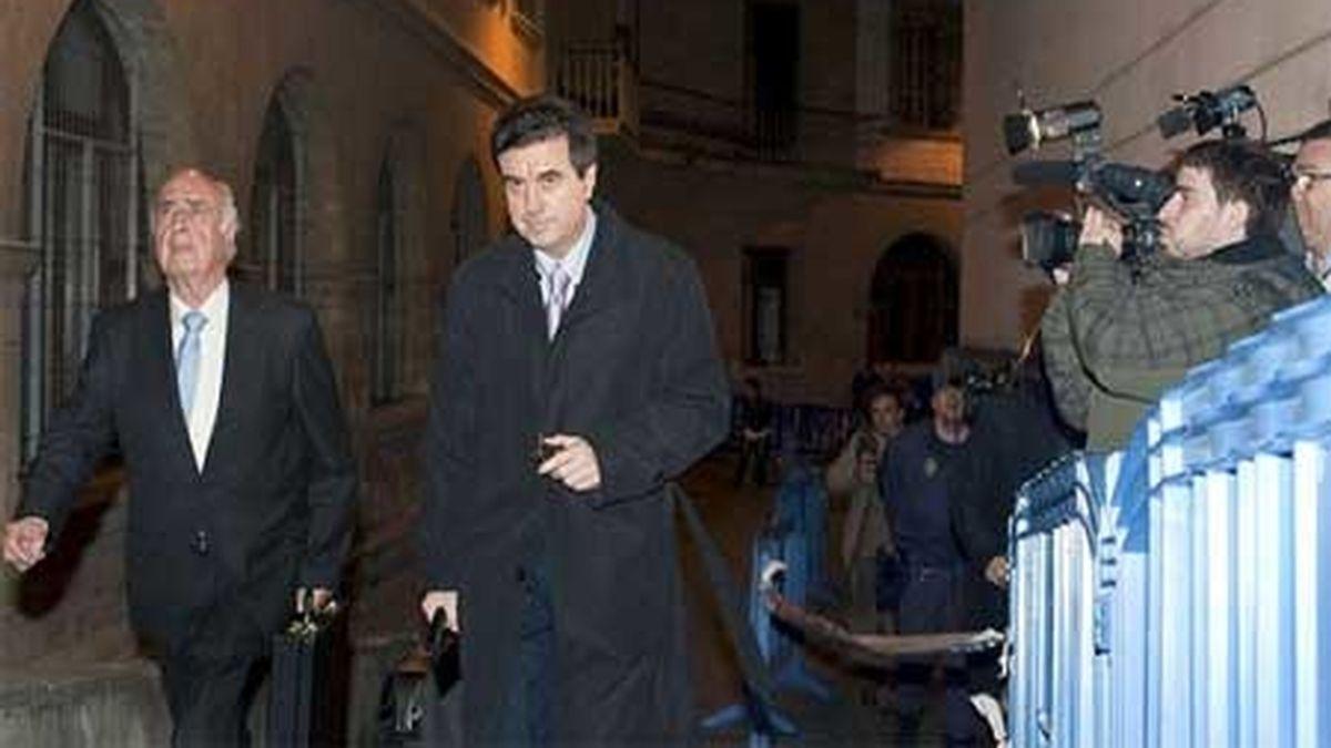 Jaume Matas accede a los juzgados de Palma de Mallorca acompañado de su abogado, Rafael Perera. Foto: EFE.