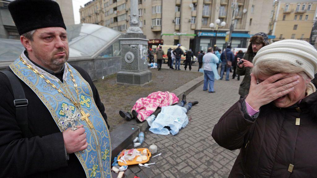 Los cadáveres se amontonan en la plaza de la Independencia