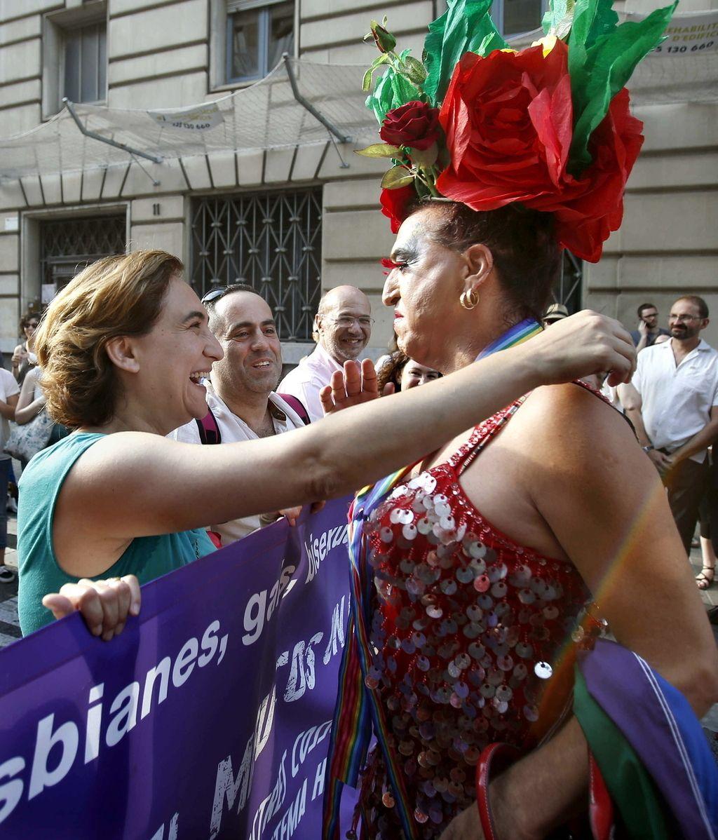 La alcaldesa de Barcelona, encabeza la manifestación reivindicativa del colectivo de gais y lesbianas
