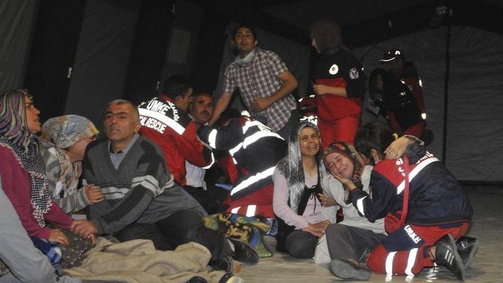 Familiares de dos soldados fallecidos en la explosión en un depósito de municiones en Afyonkarahisar (Turquía) lloran su pérdida hoy, jueves 6 de septiembre de 2012.