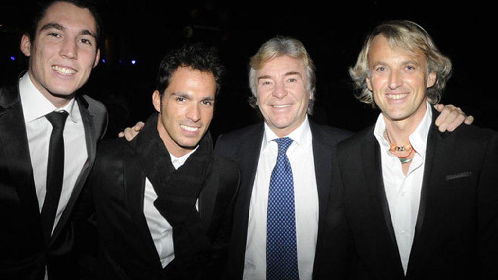 Toni Elías se olvida la corbata en la gala de Mediaset