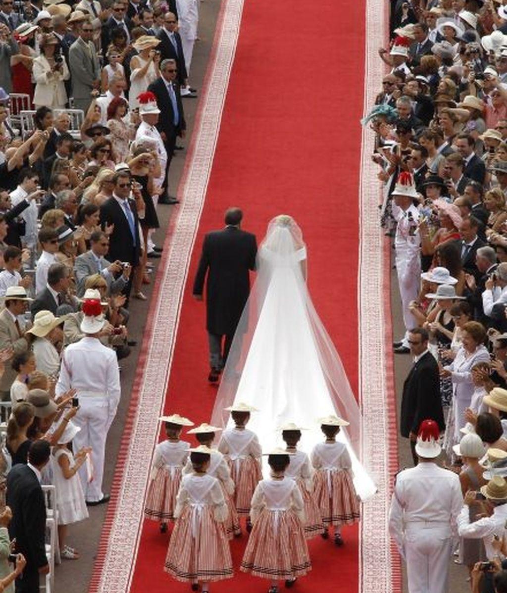 Charlene atraviesa la alfombra roja