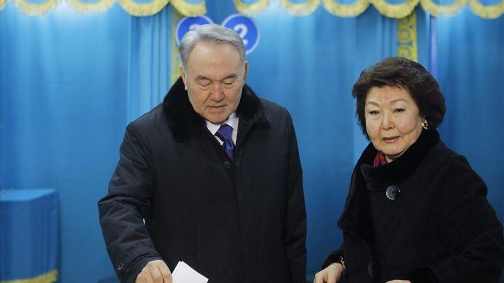 El presidente de Kazajistán, Nursultan Nazarbayev (i), quien también es candidato presidencial, deposita su voto hoy en Almaty, Kazajistán, durante la jornada de elecciones presidenciales. EFE