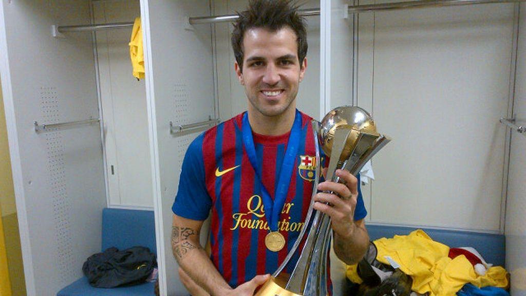 Cesc Fábregas muestra su felicidad con el trofeo
