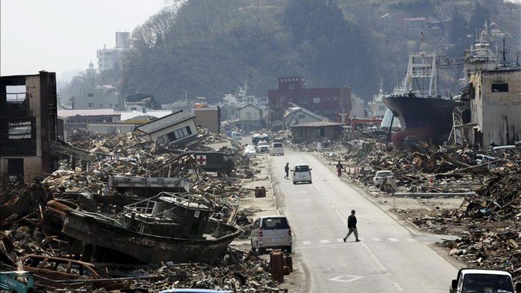 Varias personas caminan por las calles de la devastada Kesennuma (Japón) asolada por el tsunami del pasado 11 de marzo. EFE