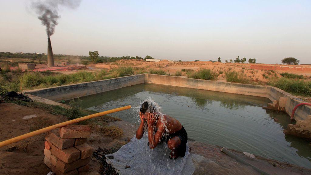 Baño refrescante en Pakistán