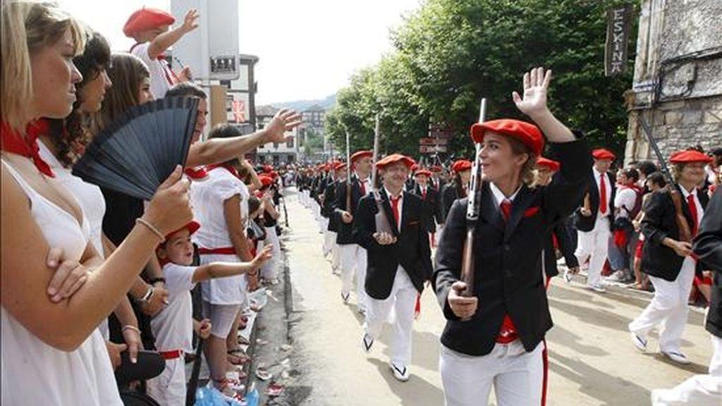 La localidad guipuzcoana de Irún celebra la festividad de San Marcial con dos alardes, el tradicional y el mixto (en la imagen), que reivindica la participación de las mujeres como soldados, desfiles que partieron a distintas horas con el fin de evitar enfrentamientos entre sus integrantes. EFE