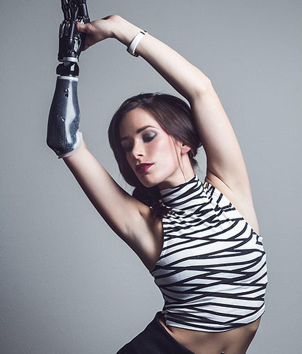 Rebekha Marine, modelo con mano biónica