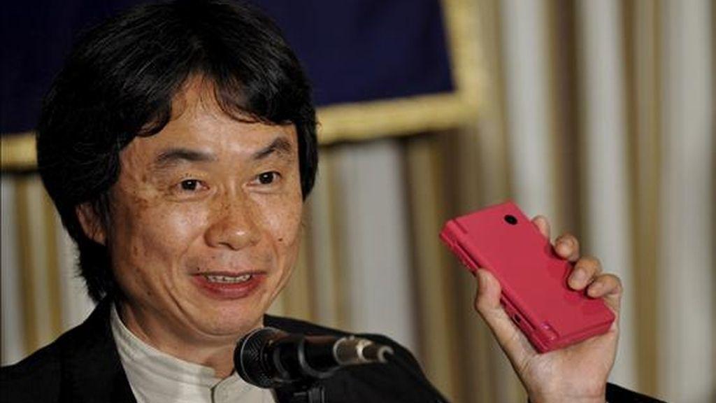 El director de gerenciamiento de la compañía Nintendo, Shigeru Miyamoto, sostiene una consola de juego DS. EFE