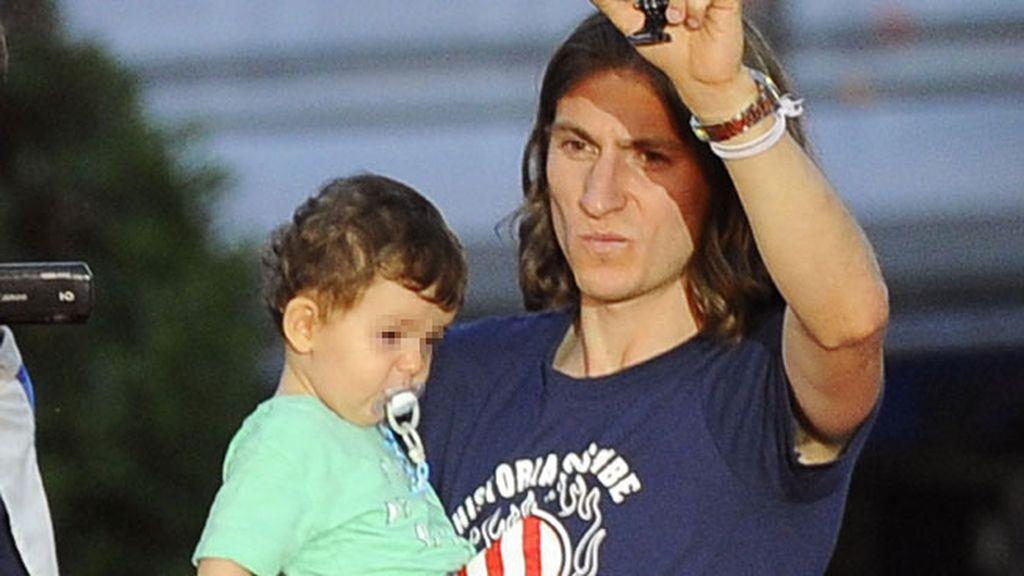 Filipe Luis y su hijo Tiago, que está a punto de cumplir un año