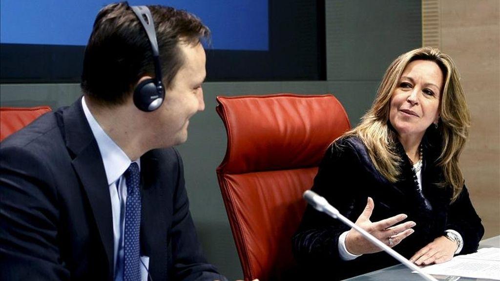 La ministra de Asuntos Exteriores, Trinidad Jiménez, y su homólogo polaco, Radoslaw Sikorski, durante la rueda de prensa que han ofrecido hoy en el palacio de Viana de Madrid. EFE