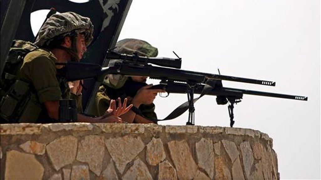 Soldados israelíes toman posiciones durante un choque armado con tropas libanesas, en la frontera entre Israel y el Líbano, en la localidad de Meskav Amm, el pasado 3 de agosto. EFE/Archivo