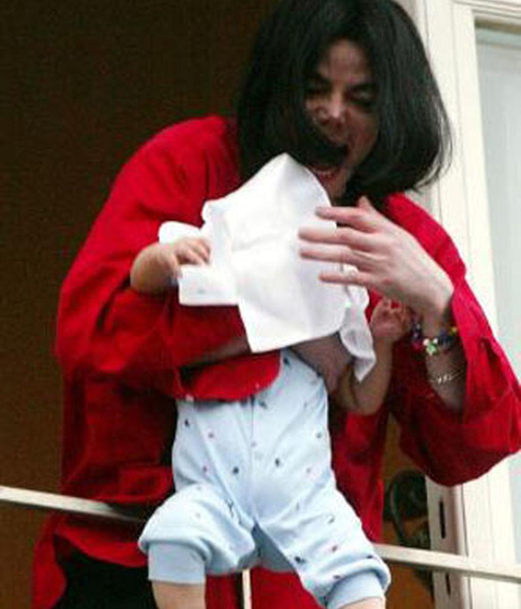Michael Jackson muestra su hijo a sus fans en Berlín