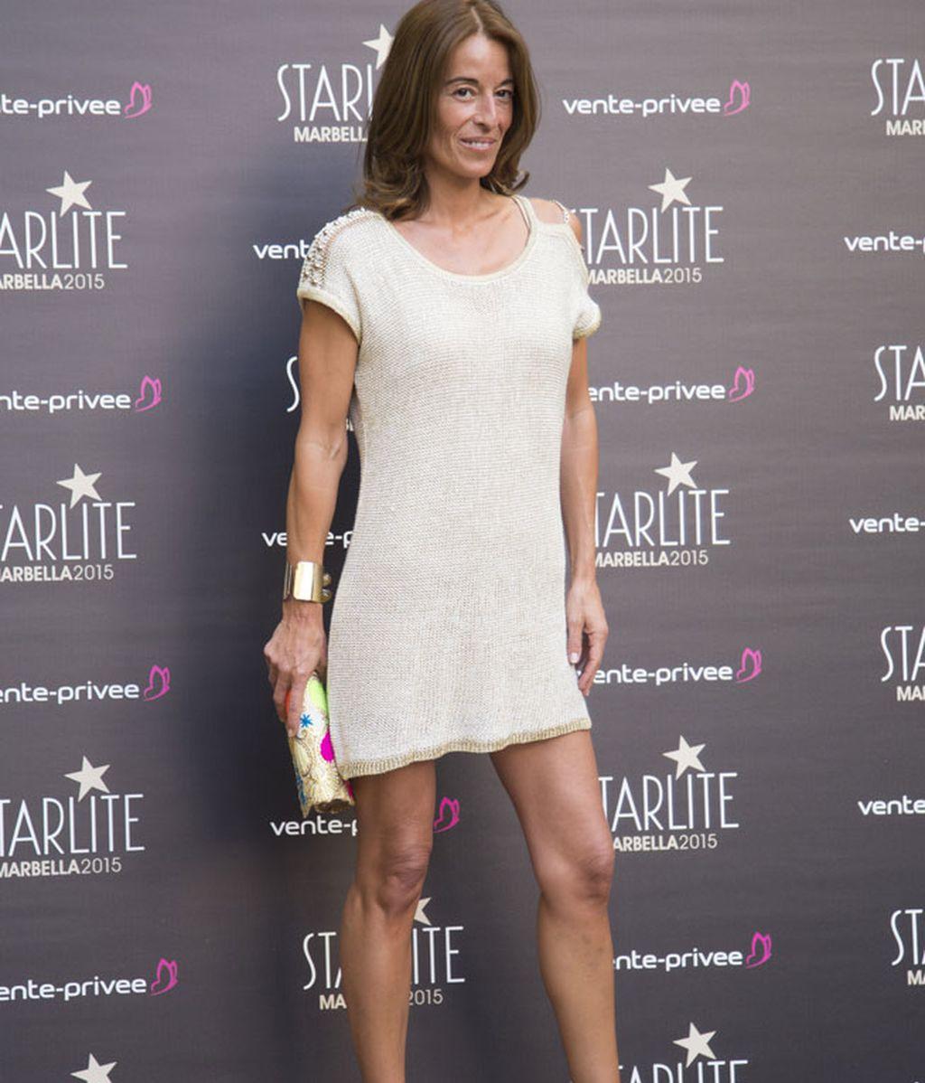 Mónica Martín-Luque con un vestido veraniego de color dorado