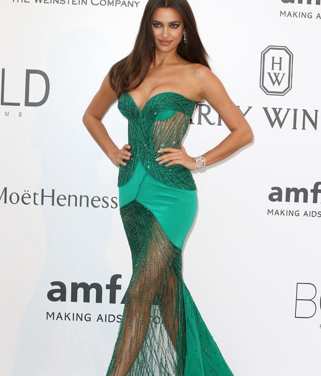 Irina Shayk, con vestido de Atelier Versace con escote corazón y transparencias