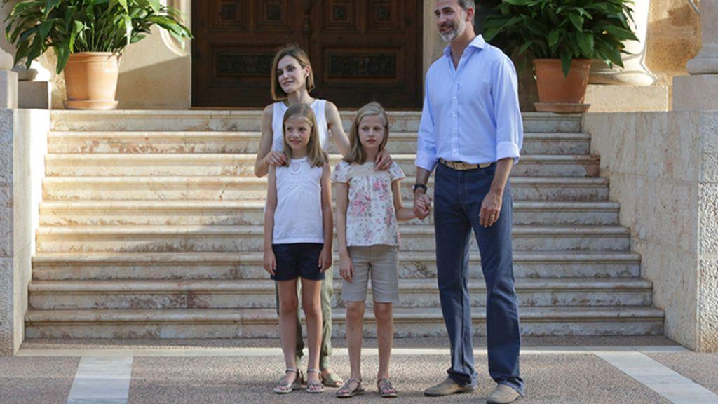 Los Reyes y sus hijas vuelven a abrir el Palacio de Marivent para el posado tradicional