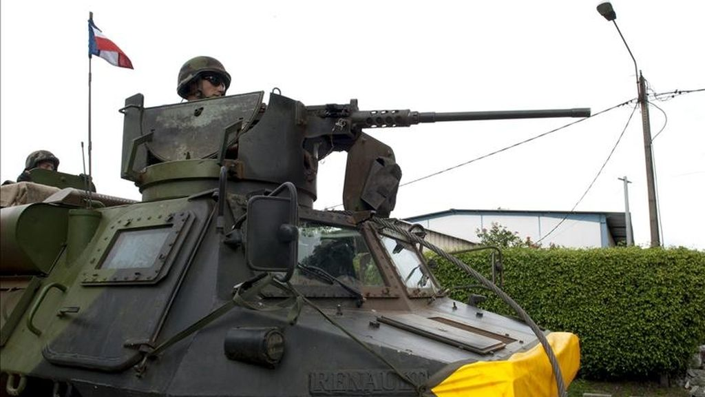 """Fotografía facilitada por el Ministerio de Defensa francés, que muestra a un soldado de la misión francesa """"Licorne"""", en coordinación con la misión de Naciones Unidas en Costa de Marfil (ONUCI), a bordo de un vehículo armado durante una patrulla en Abiyán (Costa de Marfil). EFE"""