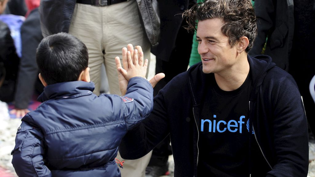 Orlando Bloom con niños refugiados