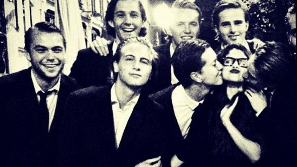 Los fans de Selena se la comen a besos en Amsterdam