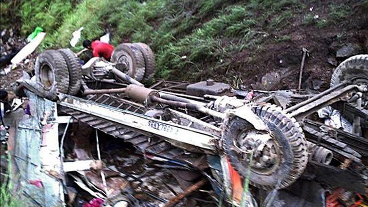 En la imagen, restos de un minibús de pasajeros que sufrió un accidente tras precipitarse por una pendiente de 70 metros en Besao, en la provincia de Mountain (norte de Filipinas). EFE/Archivo
