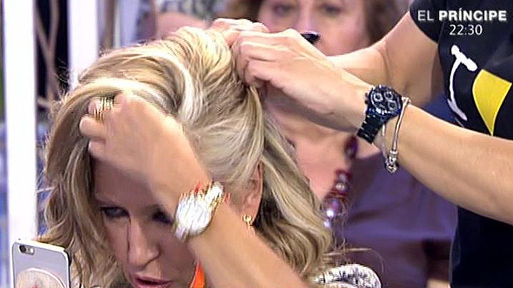Tras elegir vestidos, la colaboradora de 'Sálvame' prueba peinados