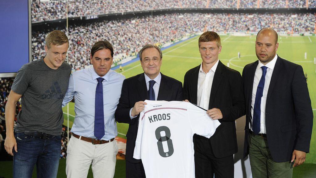 El hermano y los representantes de Kross junto al presidente Florentino Pérez
