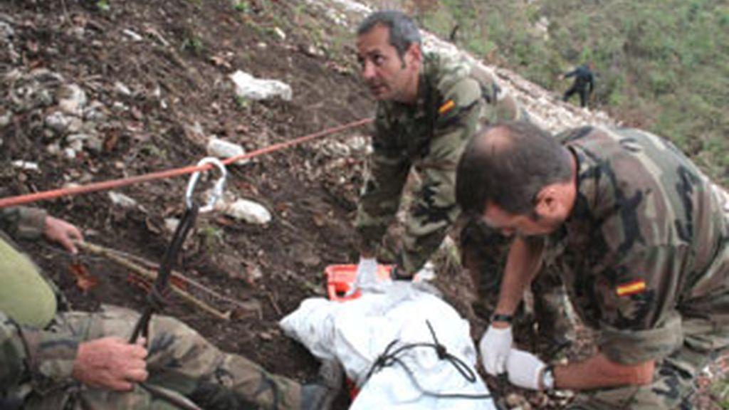 Militares españoles preparan el cuerpo de uno de los 4 compañeros fallecidos en el accidente de helicóptero en Haití. Foto: EFE