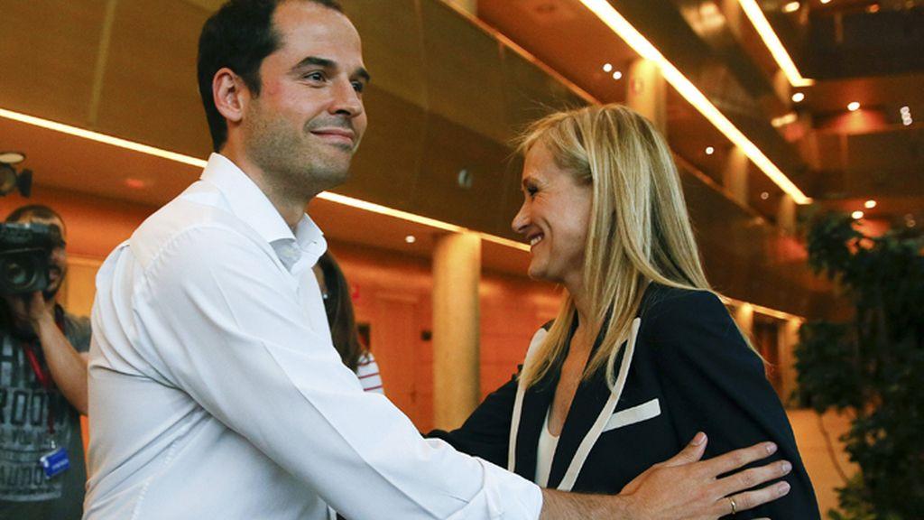 PP y Ciudadanos negocian un acuerdo de investidura para Cristina Cifuentes