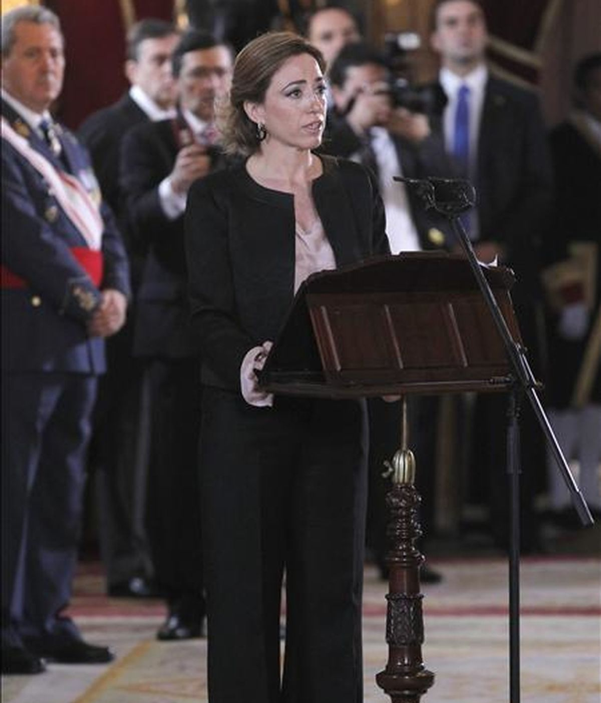 La ministra de Defensa, Carme Chacón, durante su intervención en el acto que, presidido por el rey, se ha celebrado en el Palacio Real con motivo de la Pascua Militar. EFE
