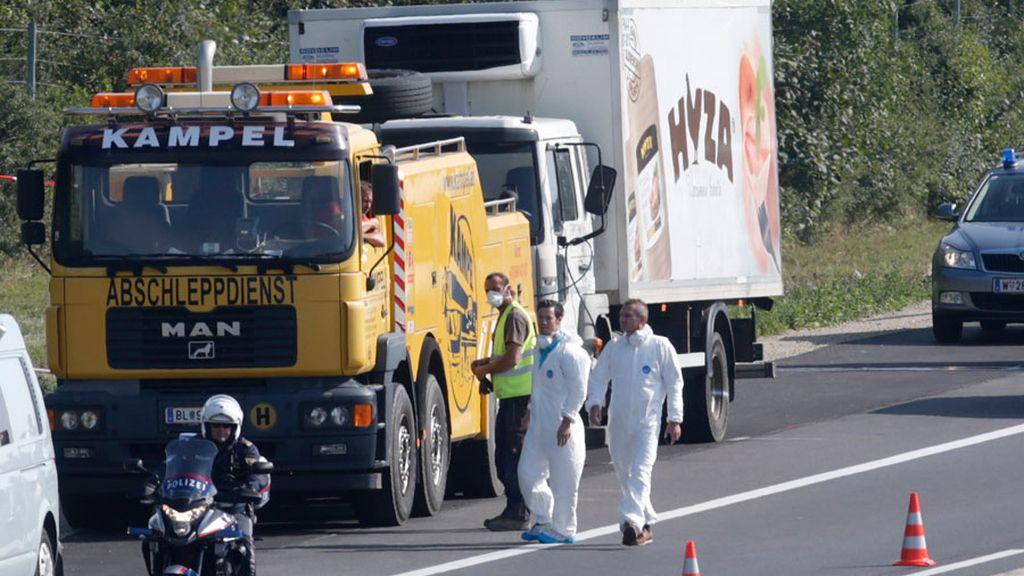 Encuentran a decenas de refugiados muertos en el interior de un camión en Austria